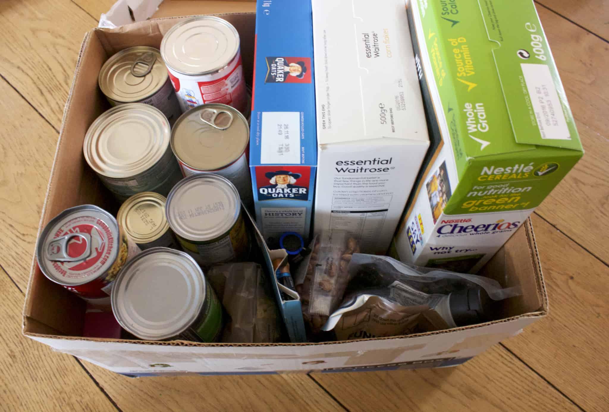 doação de alimentos numa caixa de cartão