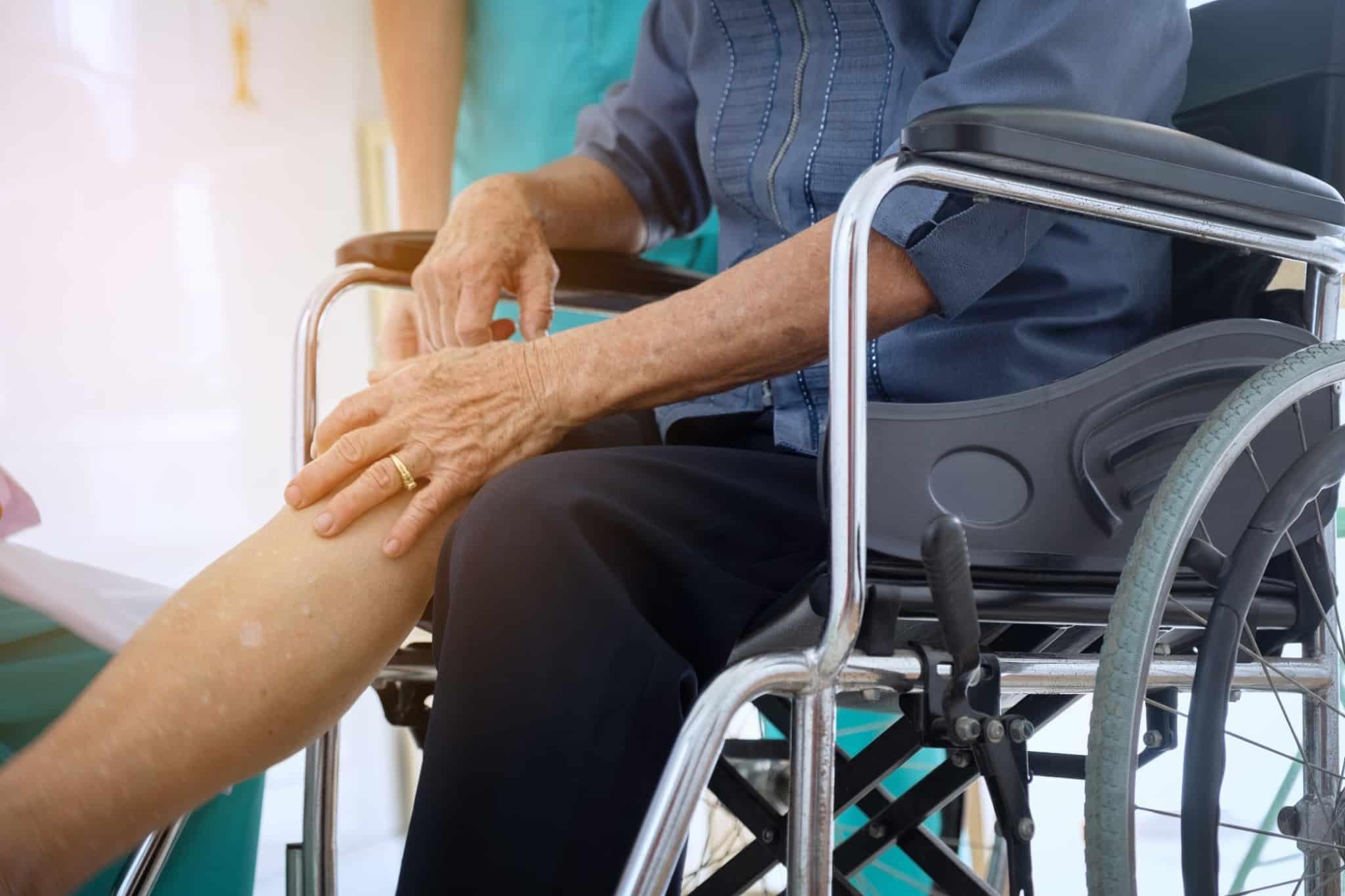 idoso casado sentado em cadeira de rodas