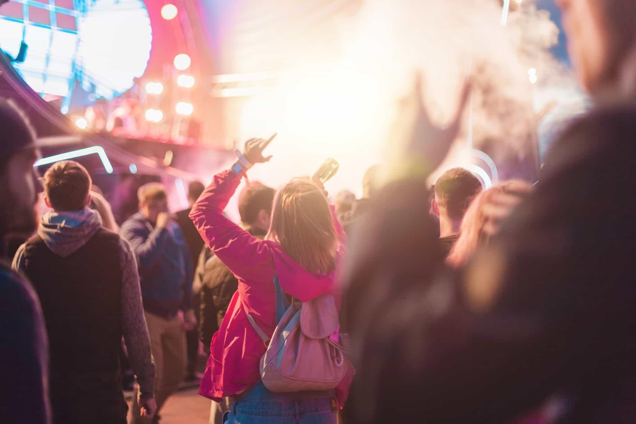 rapariga a dançar à noite num festival de verão