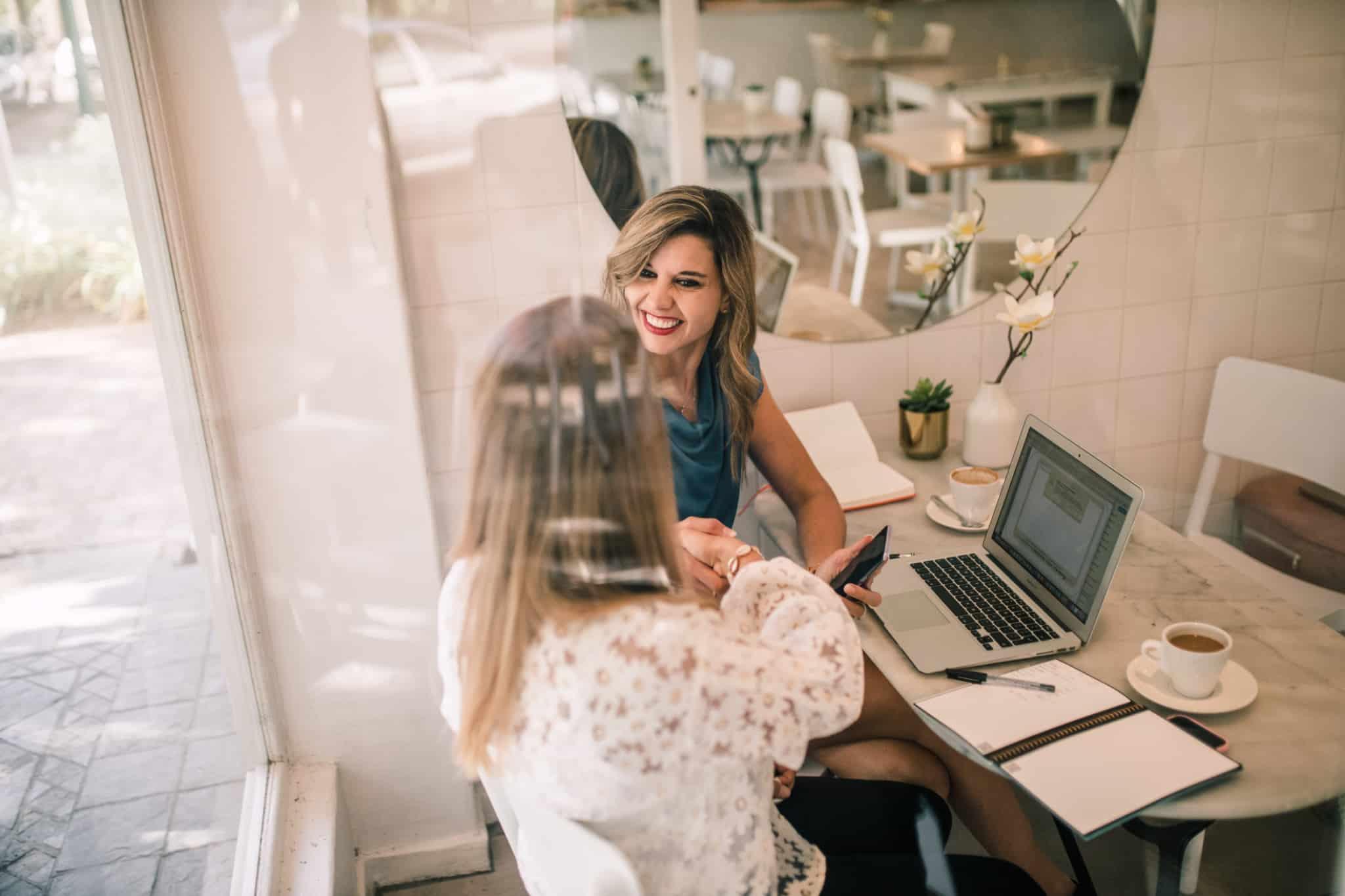 duas mulheres a trabalhar e a dar um aperto de mão
