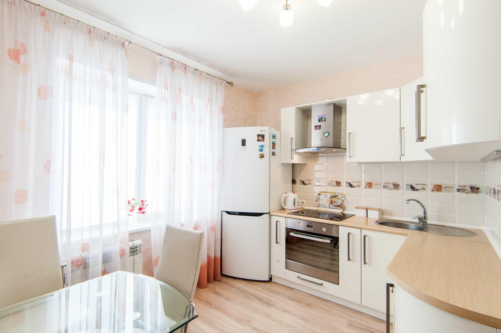 cozinha equipada com mesa e duas cadeiras