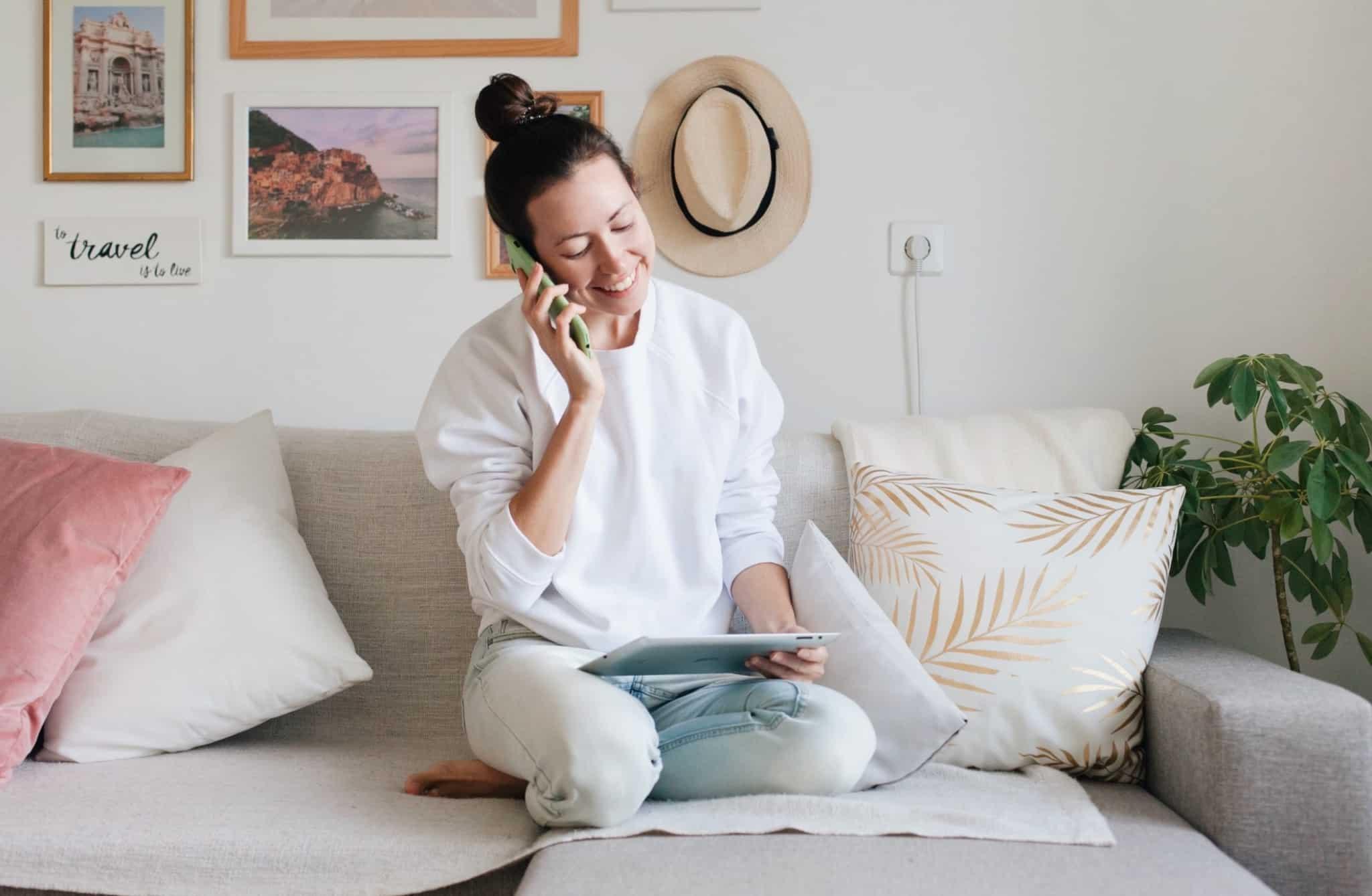 rapariga sentada no sofá a falar ao telemóvel