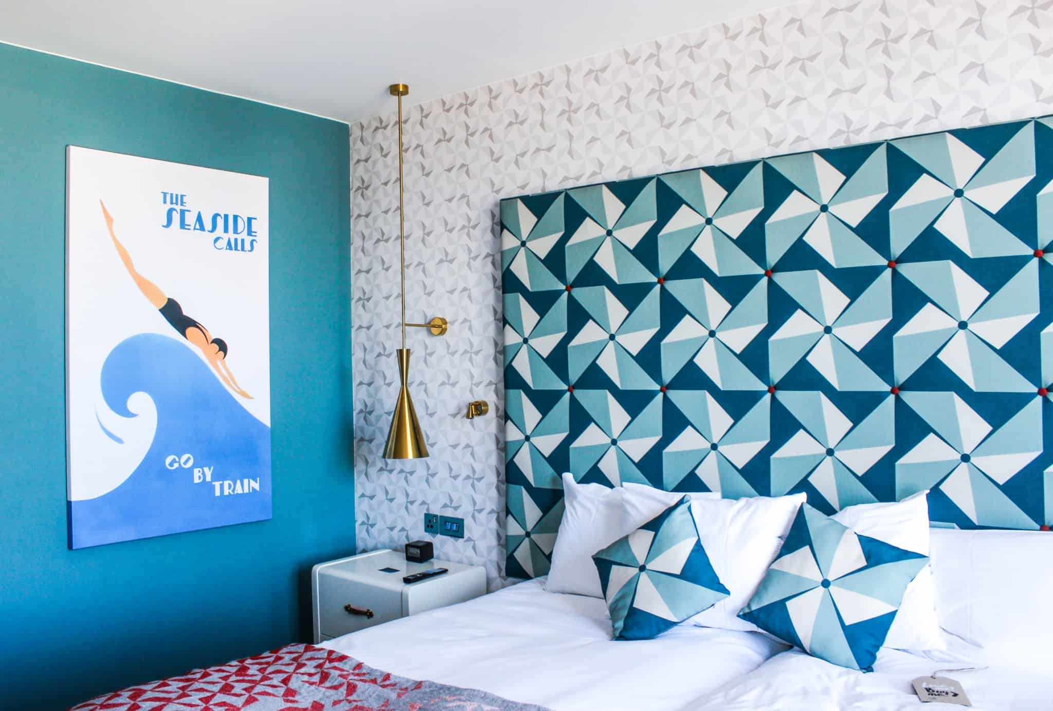 quarto de hotel em tons de azul