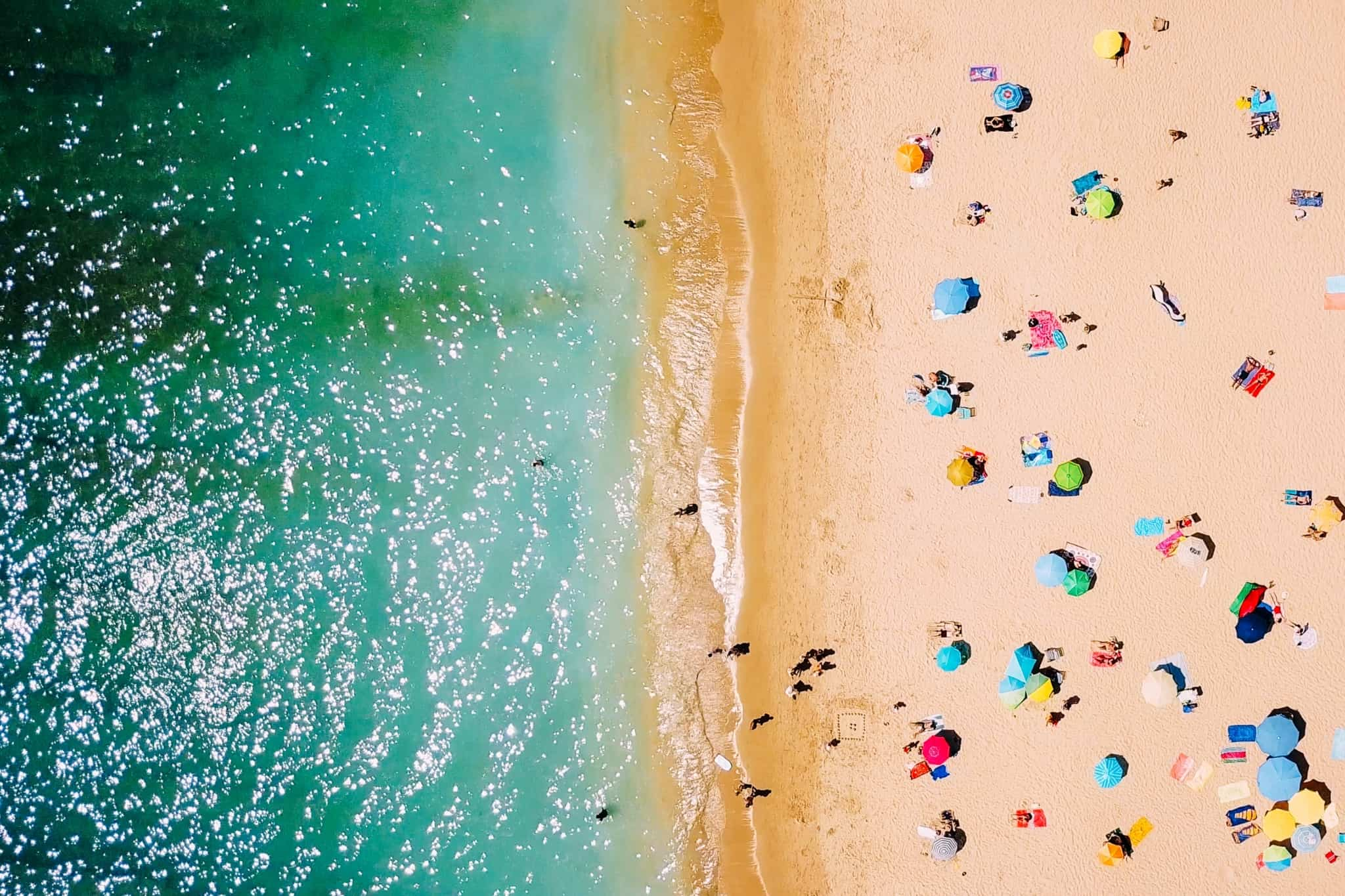 imagem de uma praia vista de cima
