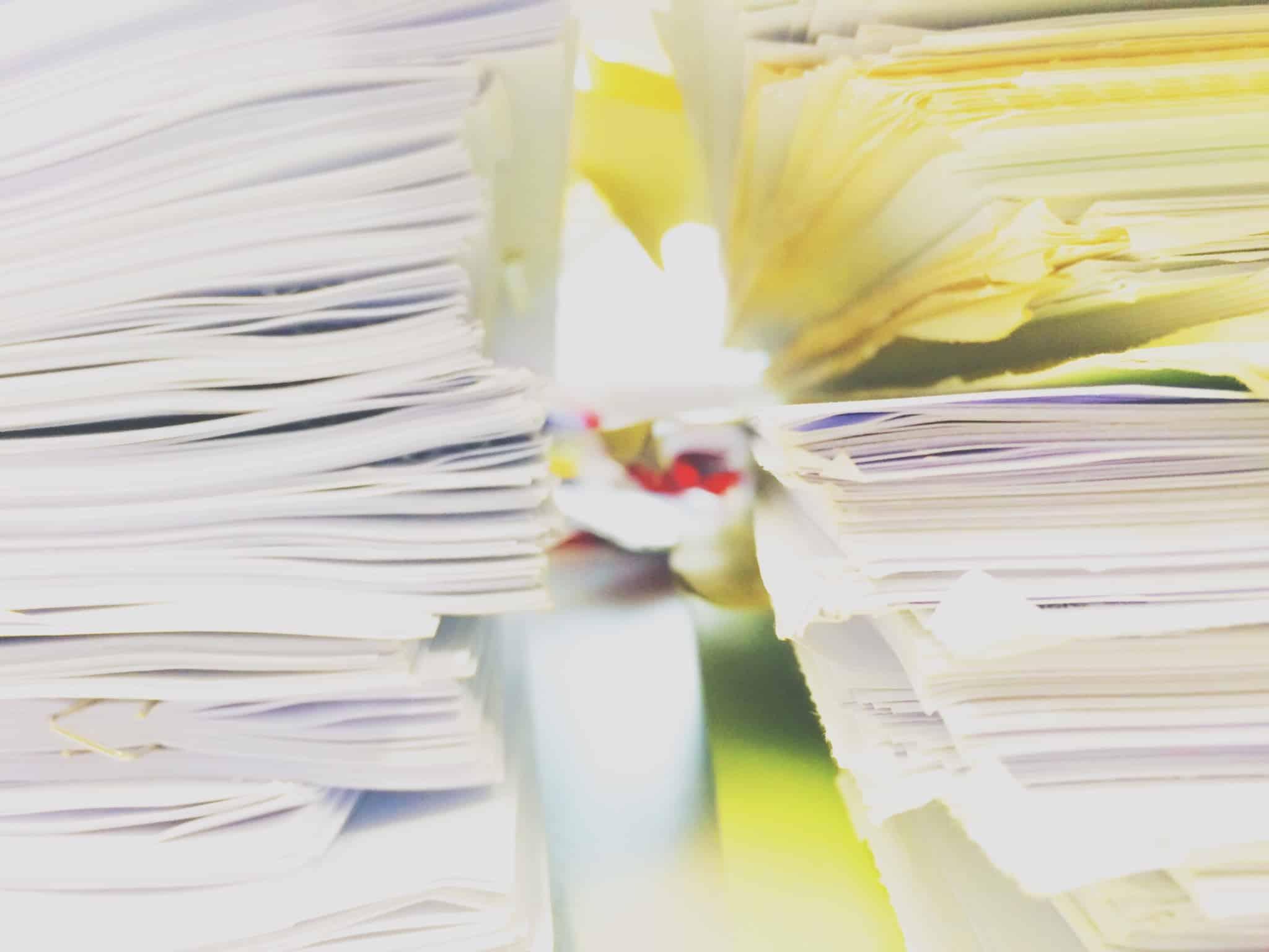 pilhas de papel amarelo e branco