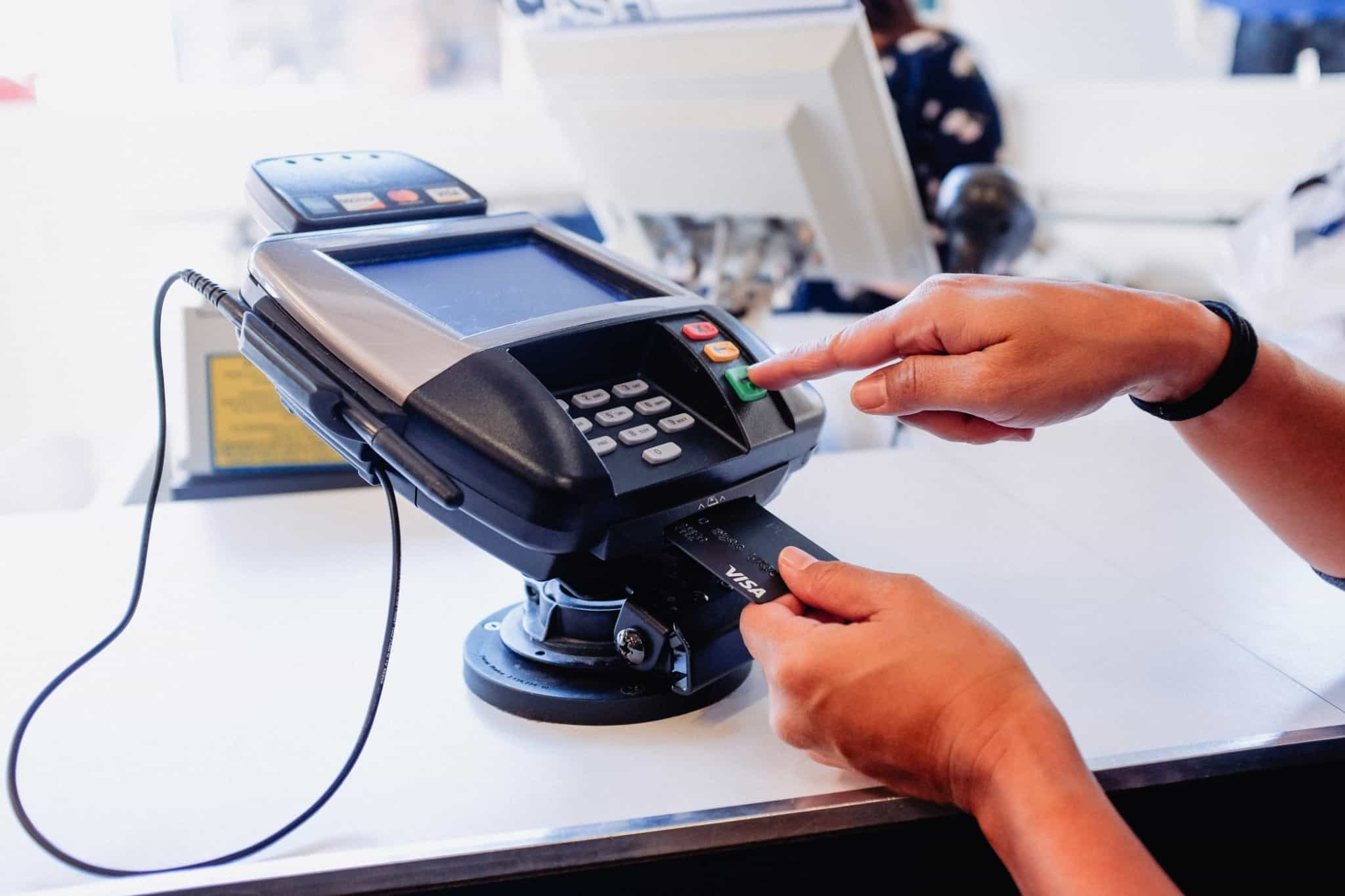 pagamento num terminal com cartão de crédito visa preto