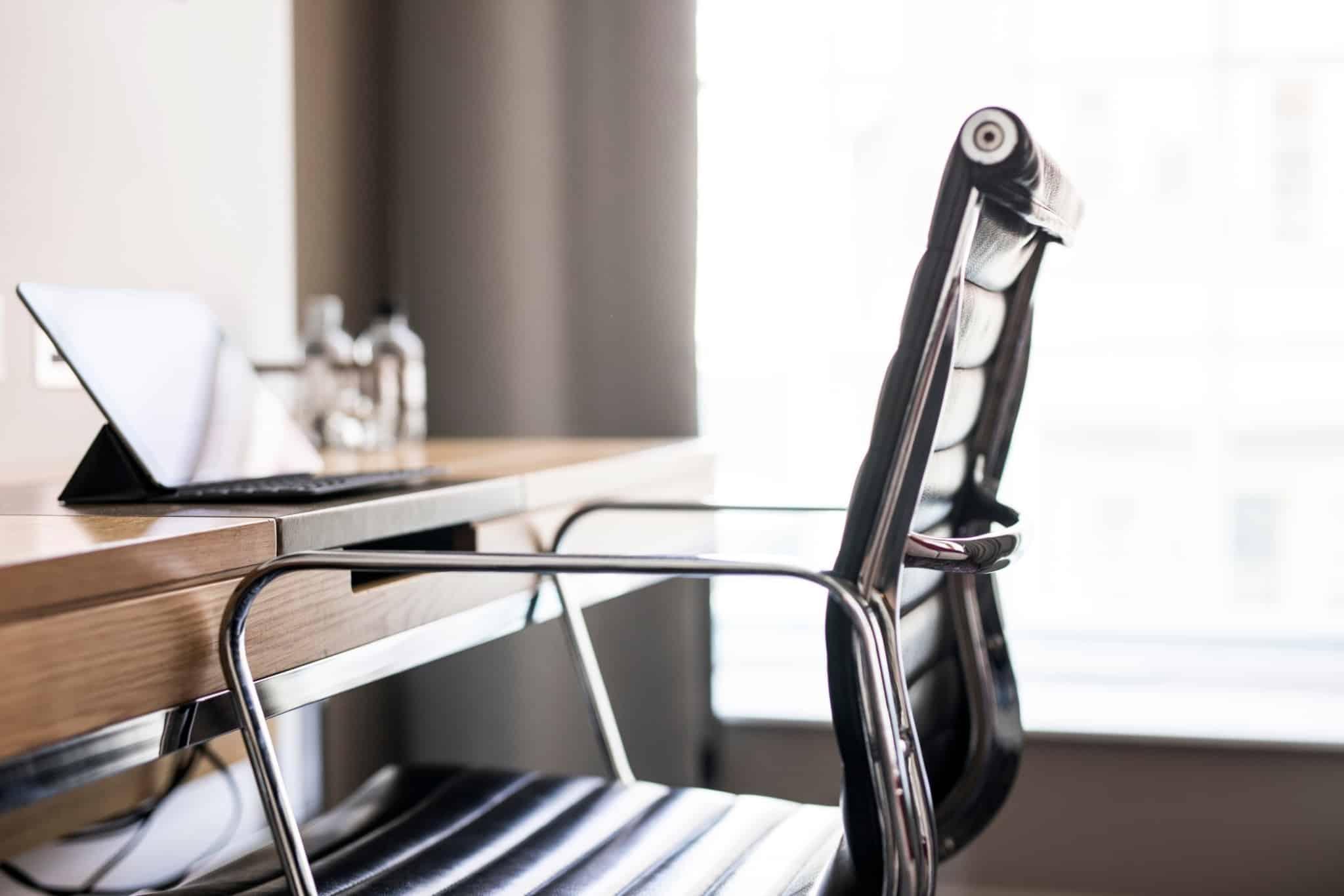 secretaria com cadeira de madeira escura