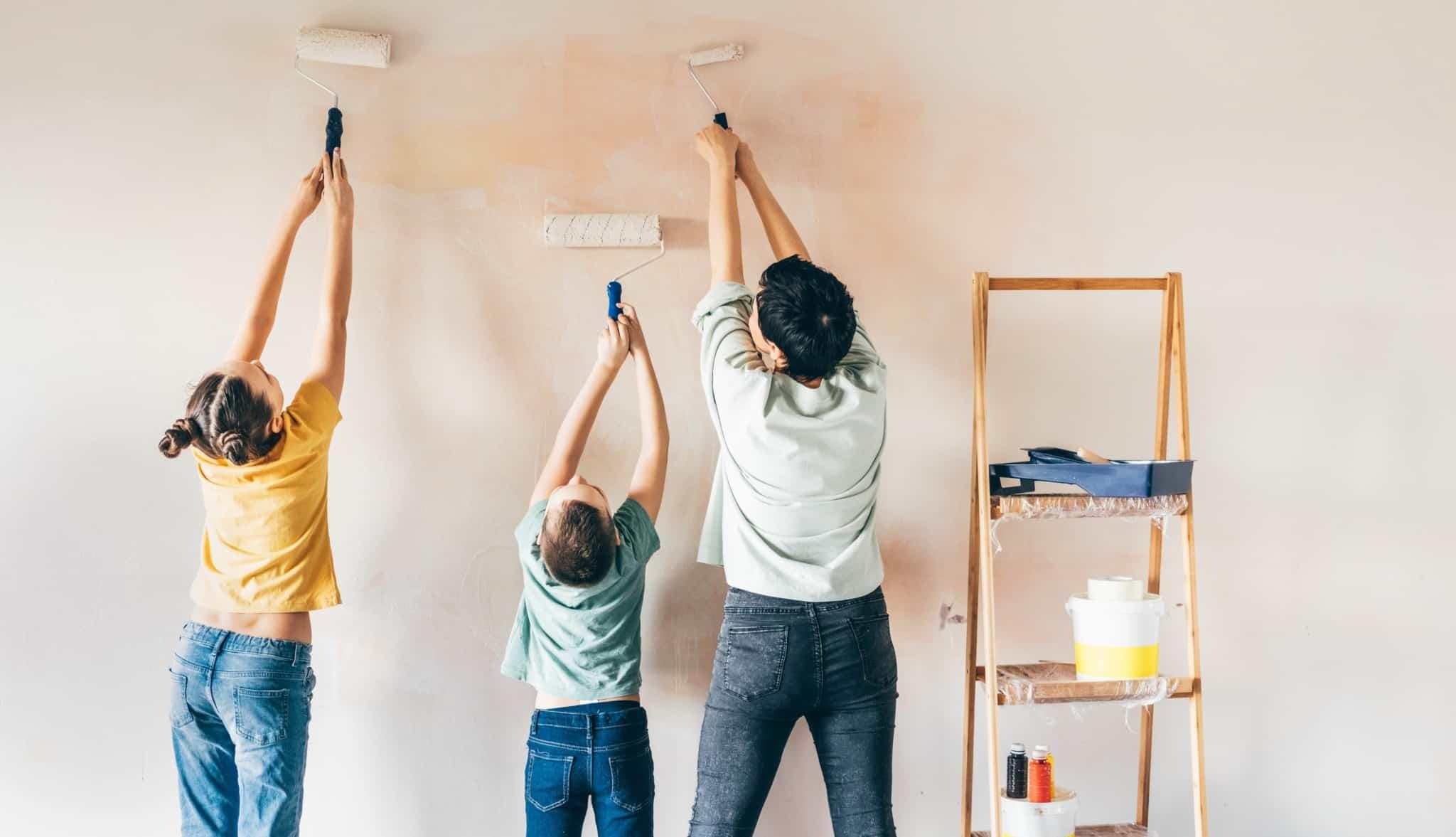 pessoas a pintarem uma casa