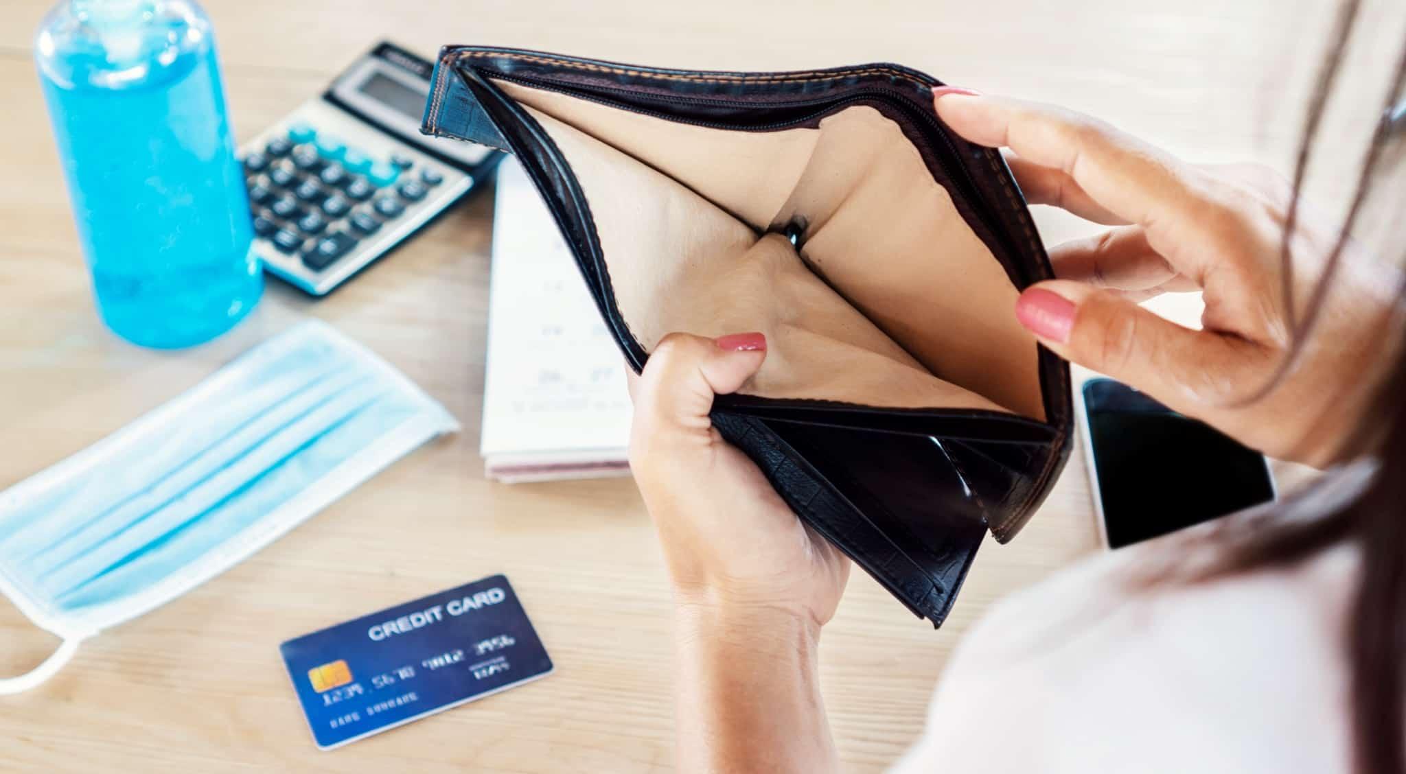 mulher a abrir carteira vazia