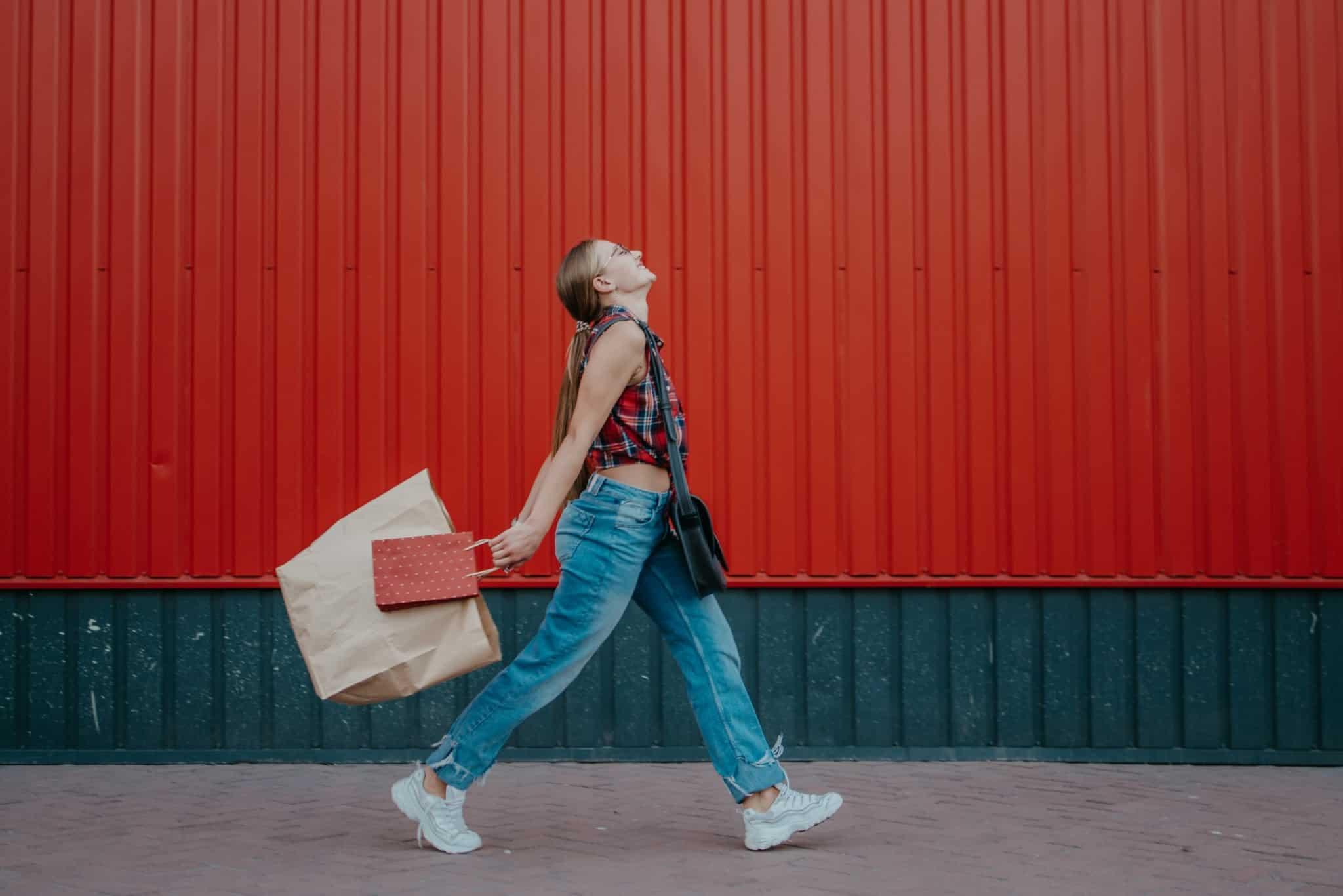 rapariga a andar com um saco de compras