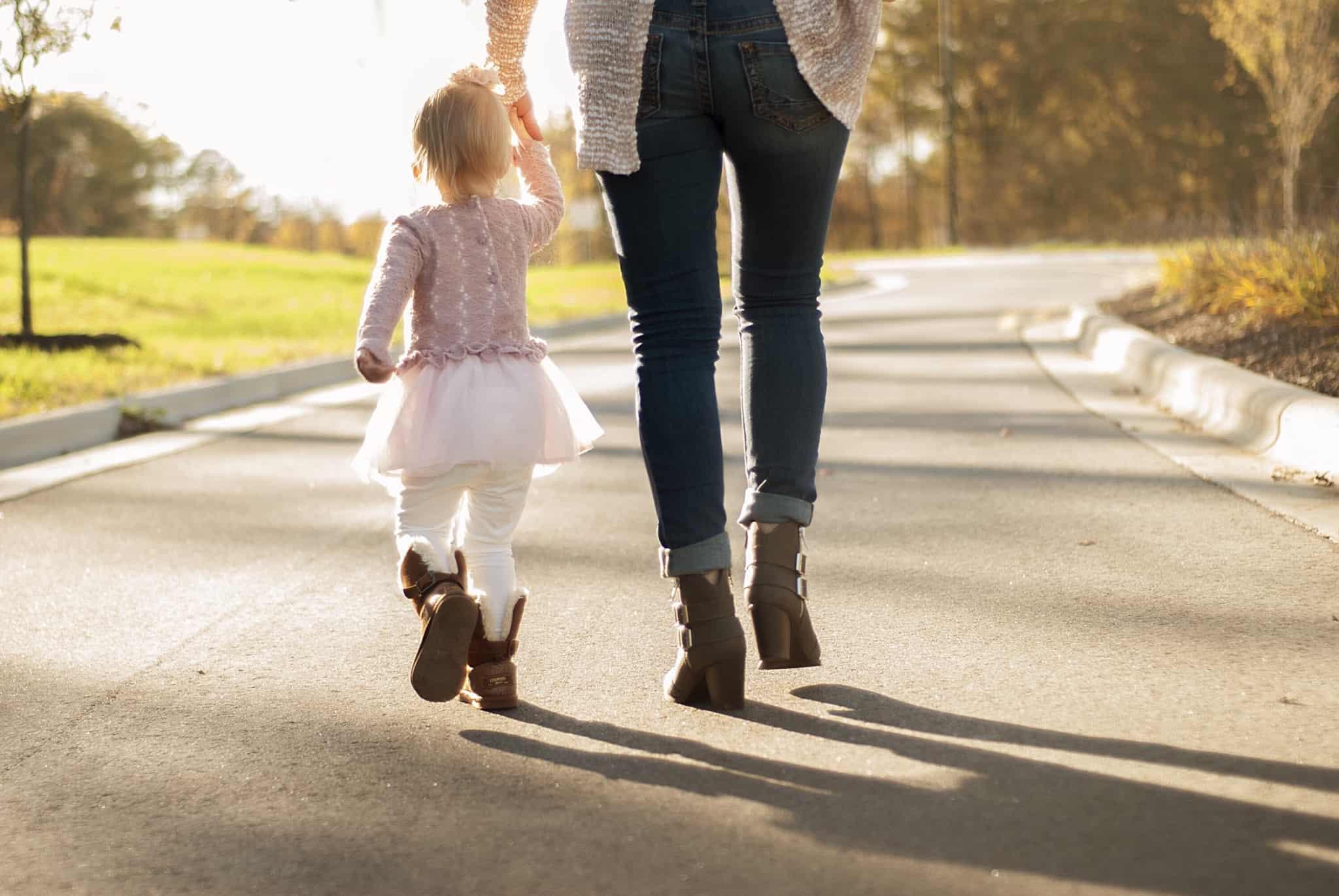 mae e filha a passear na rua