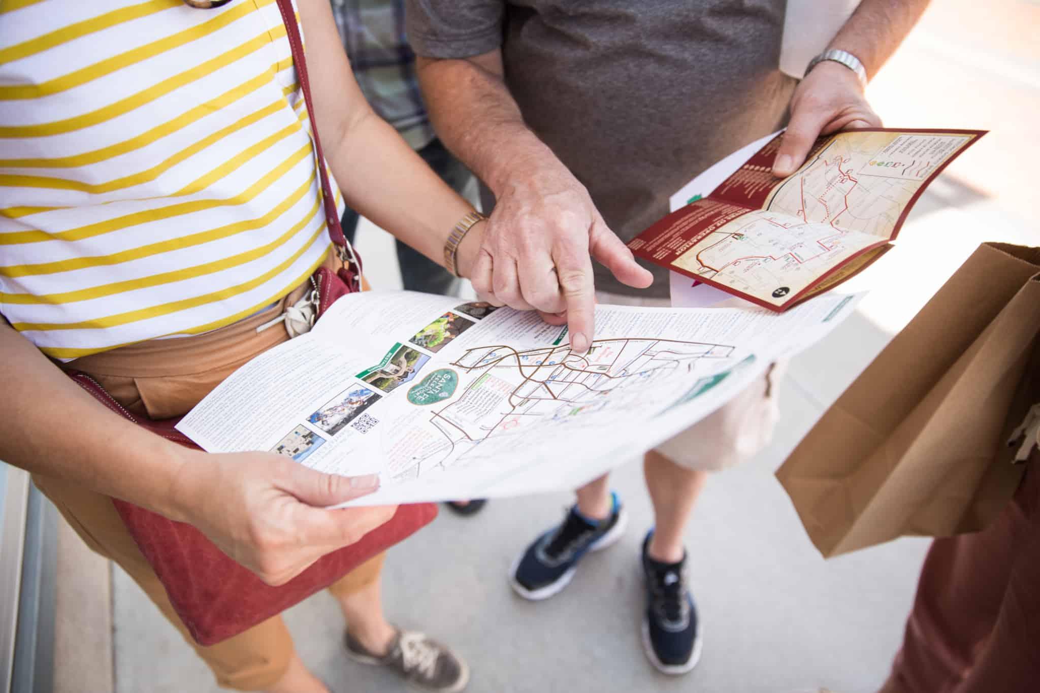 dois viajantes a olhar para o mapa do metro da cidade