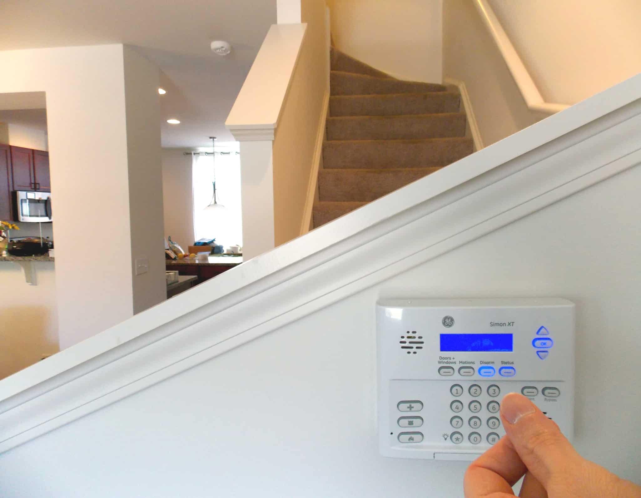 pessoa a digitar codigo de segurança ao pe das escadas