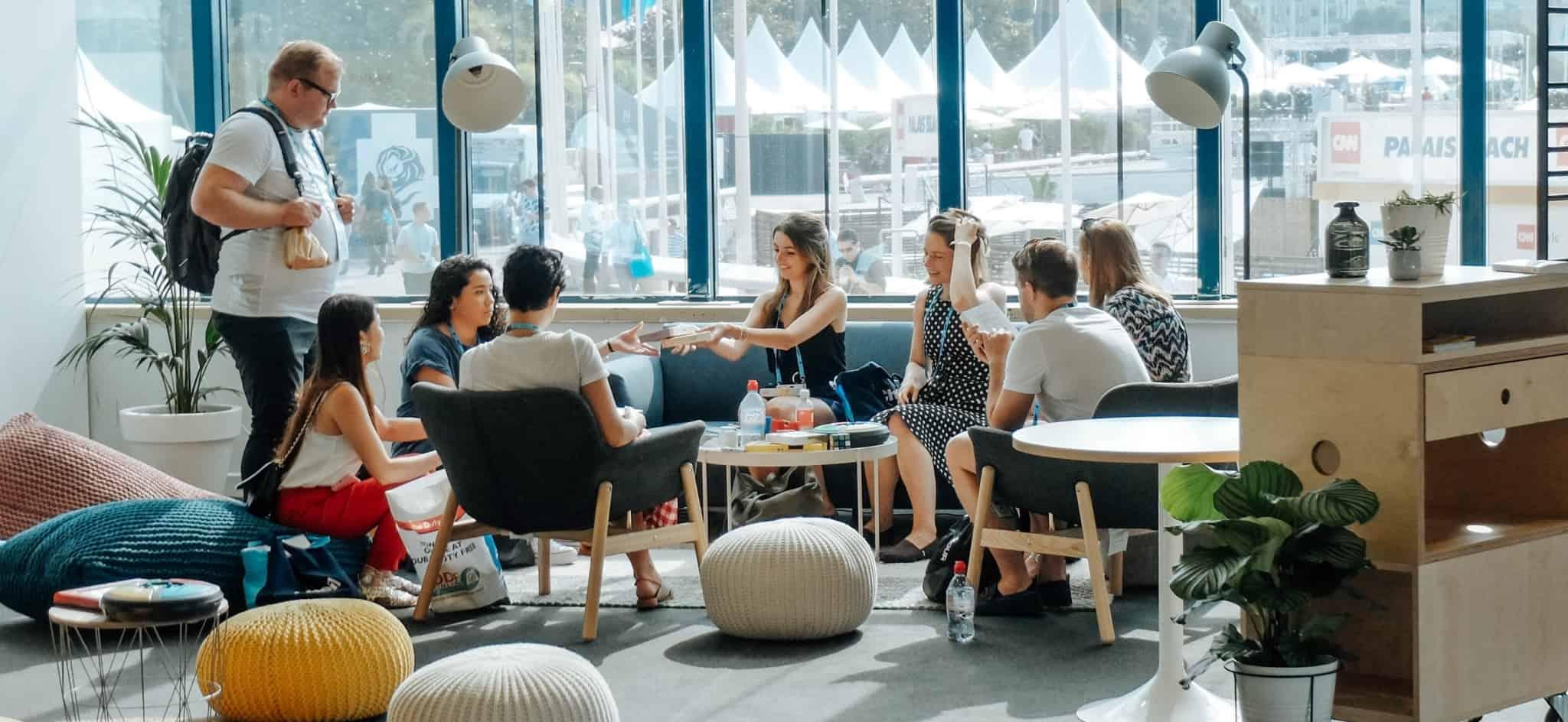 Grupo de estudantes universitários reunidos numa sala
