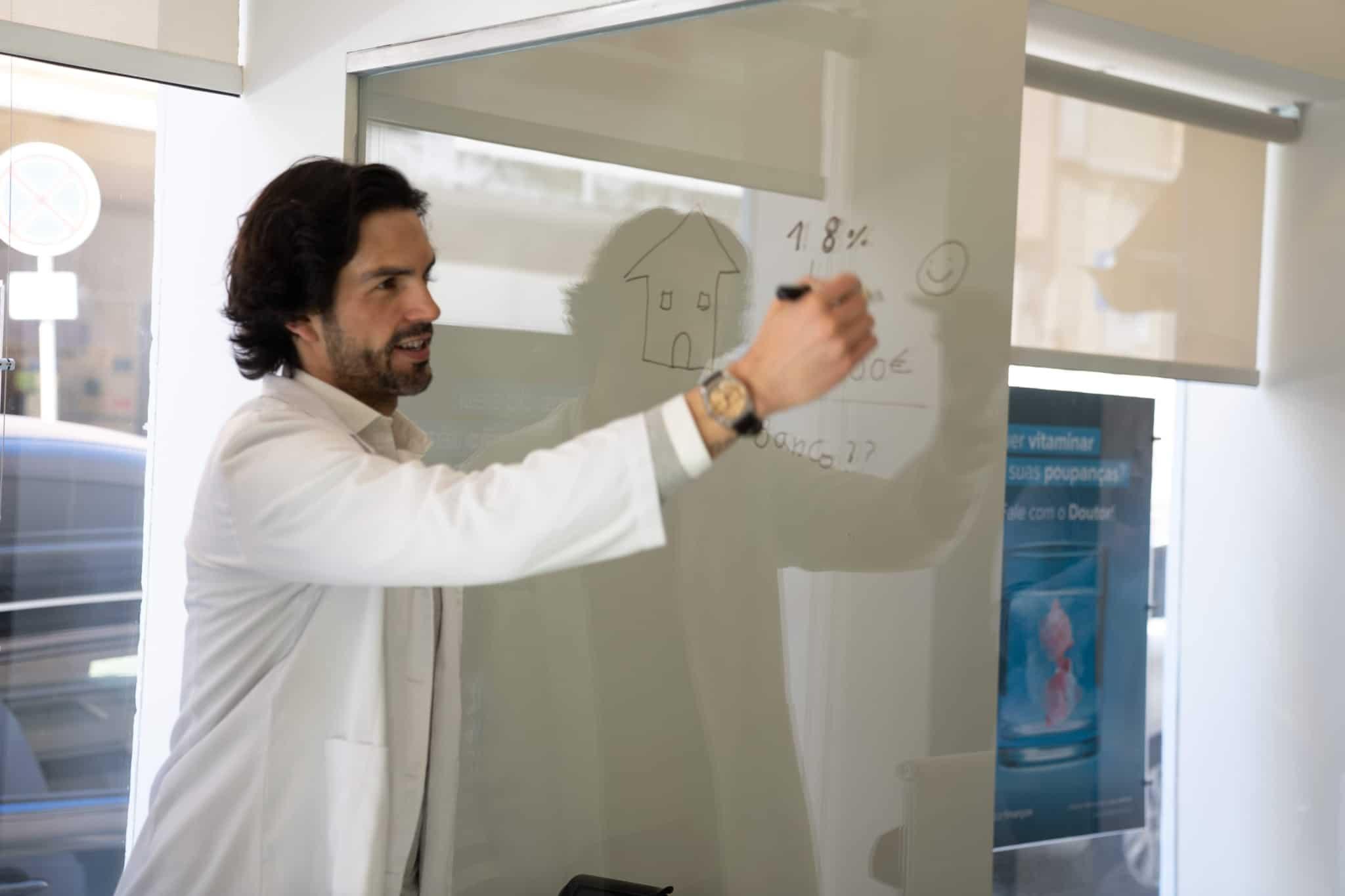 Formador escreve um exercício num quadro