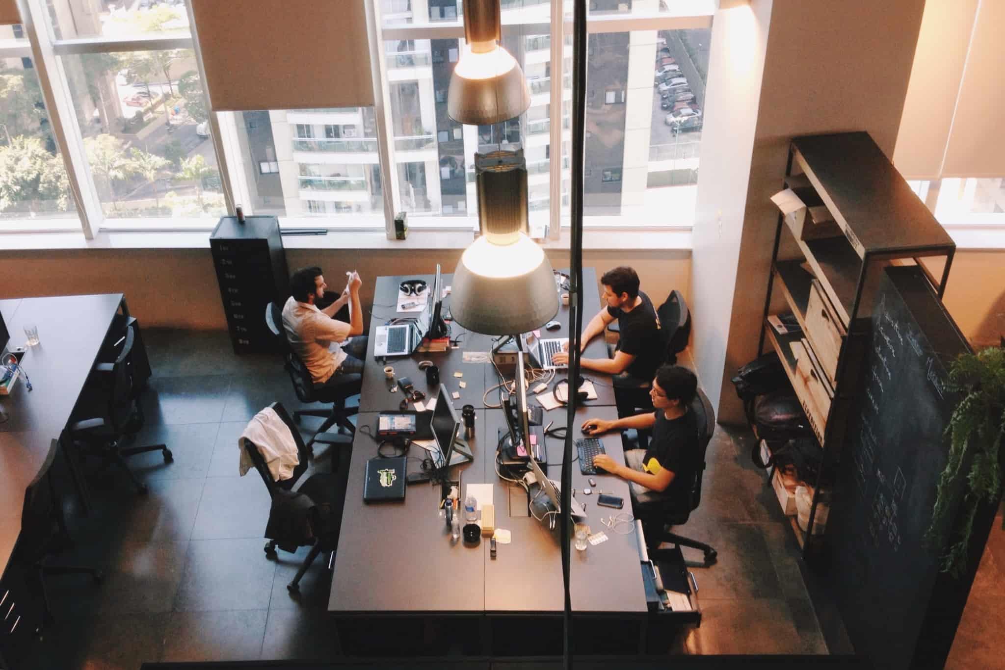 Pessoas num local de trabalho em regime de open
