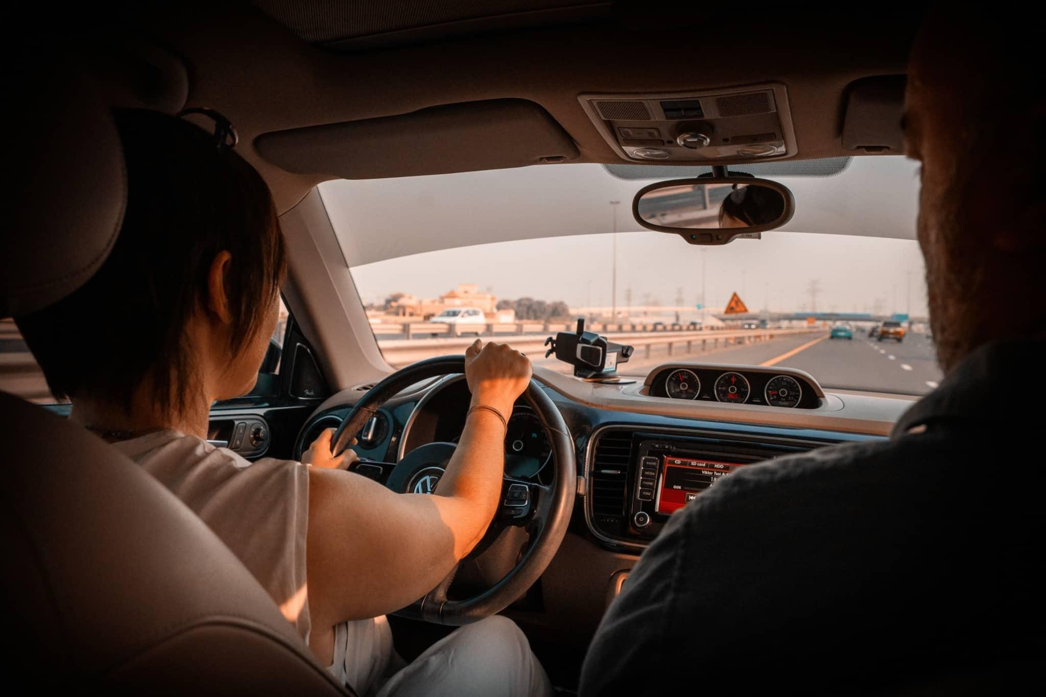 duas pessoas dentro de um automóvel condutor mulher