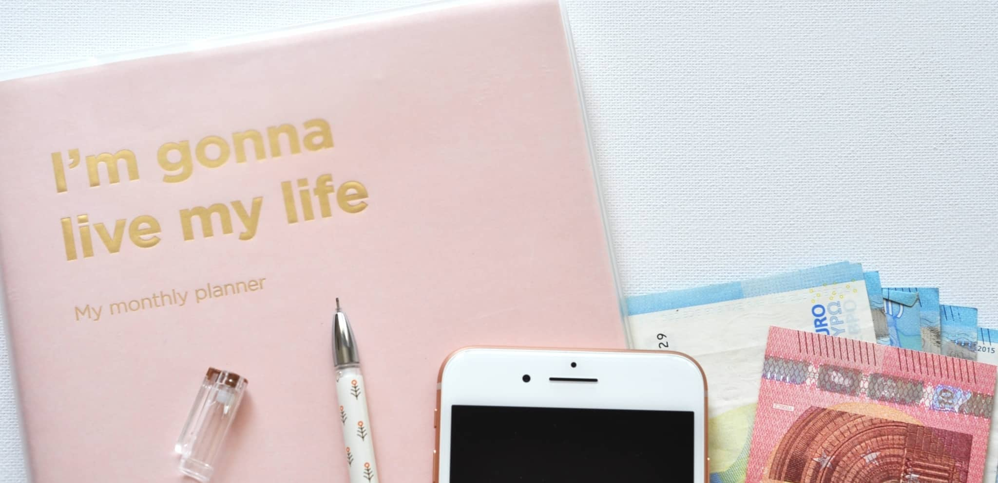 Livro para planear o mês com um telemóvel e notas ao lado