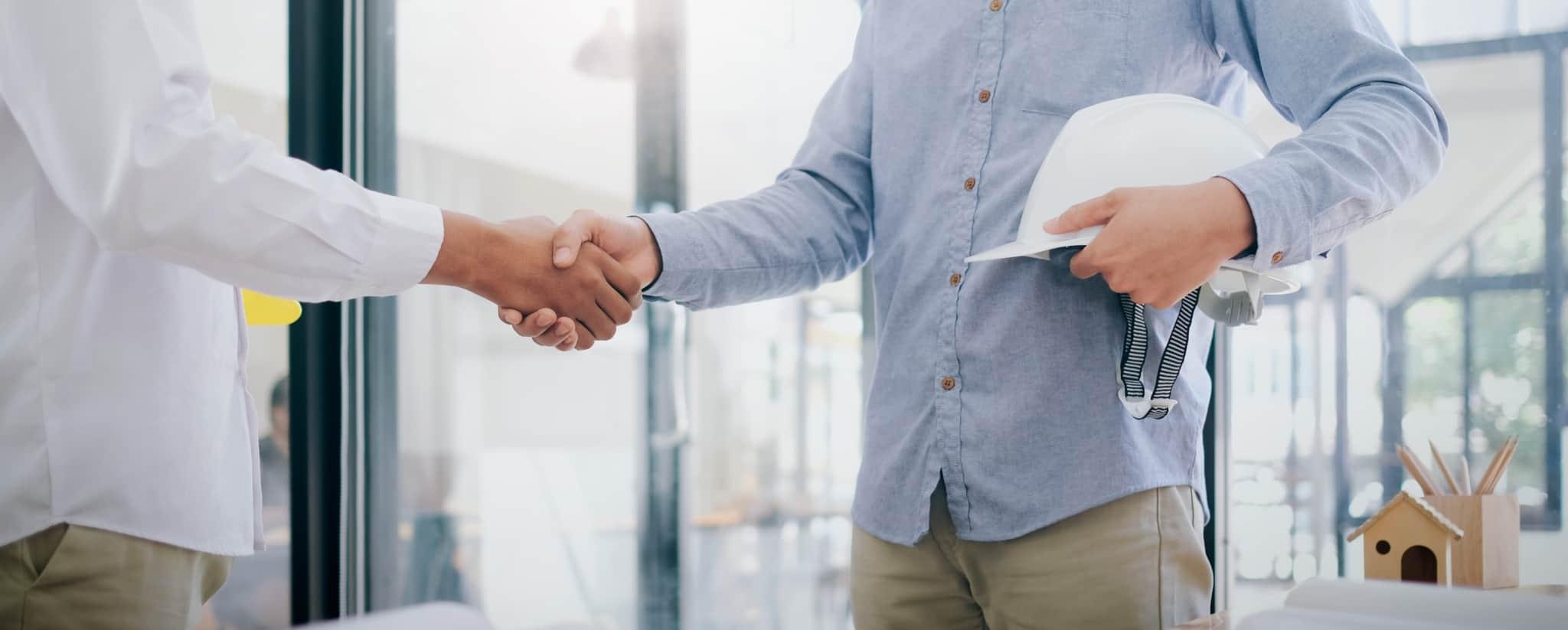 dois homens a apertar a mão