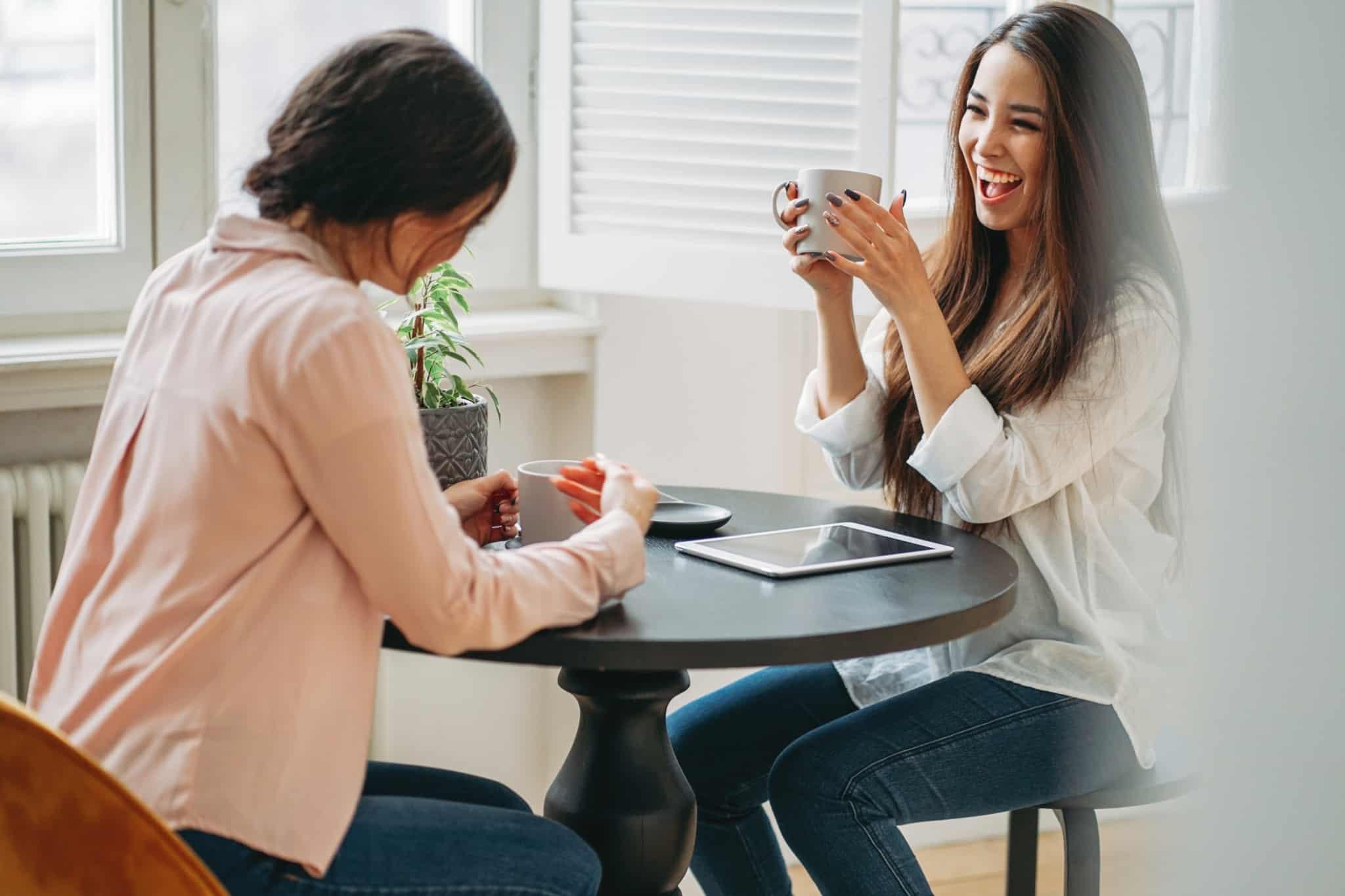 duas mulheres em co-living a partilhar a cozinha