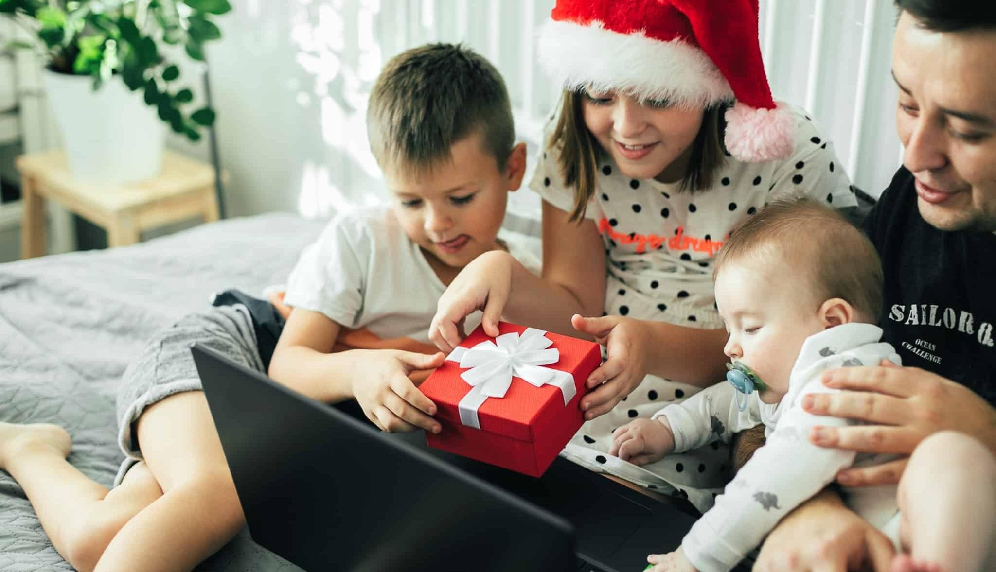 familia em frente a um computador com uma prenda de natal