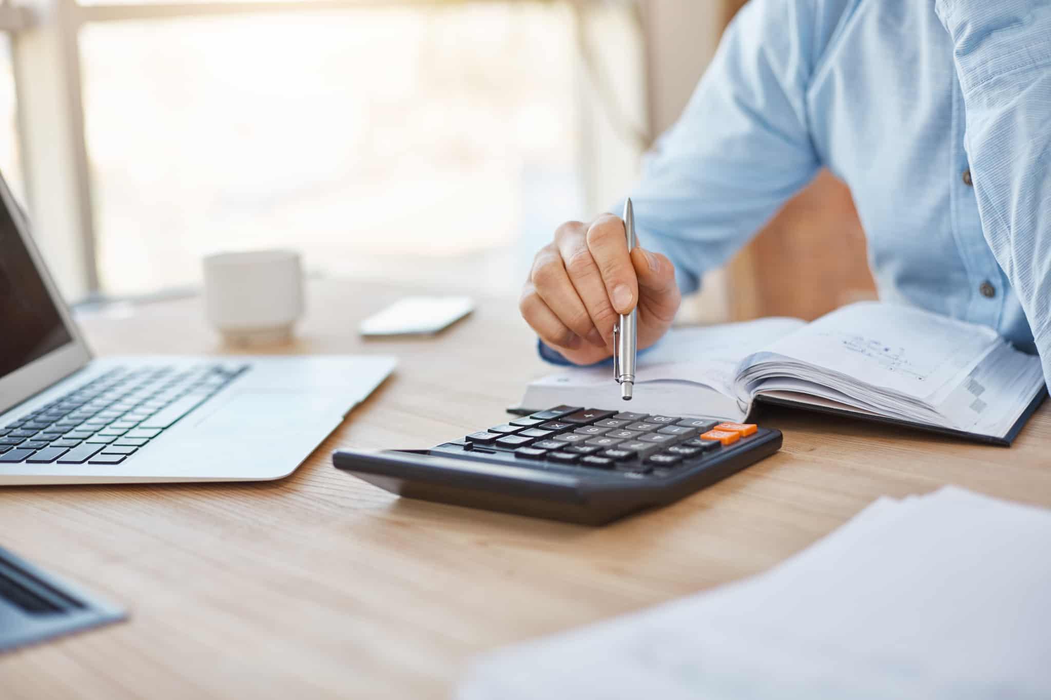 Pessoa simula subsidio de desemprego no site do Doutor Finanças