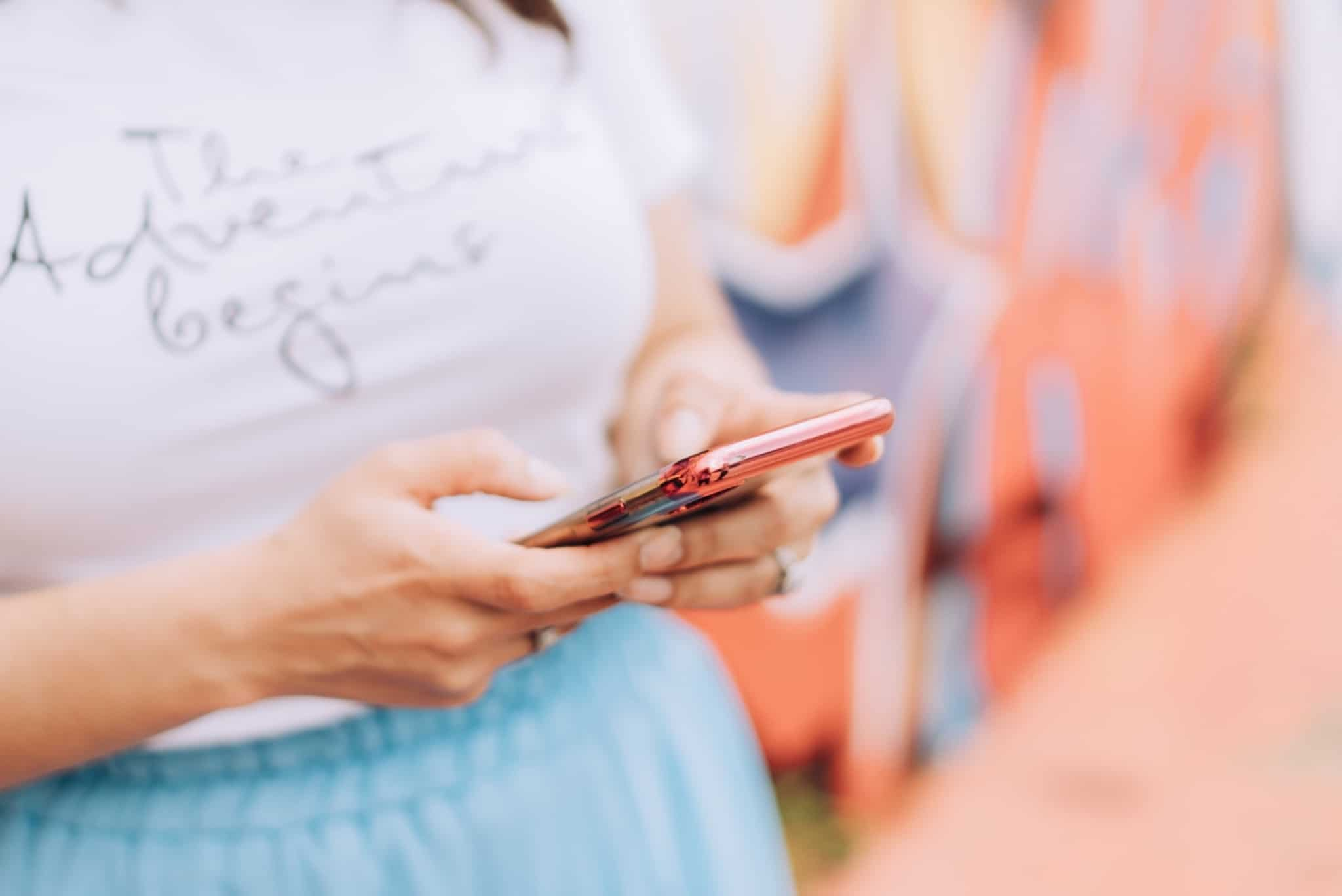 rapariga a mexer no smartphone a identificar fake news
