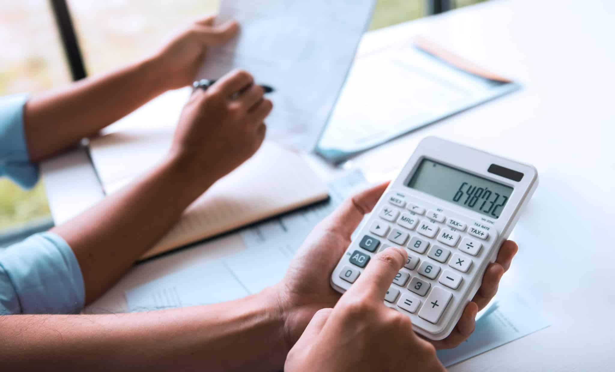 família a fazer contas na calculadora