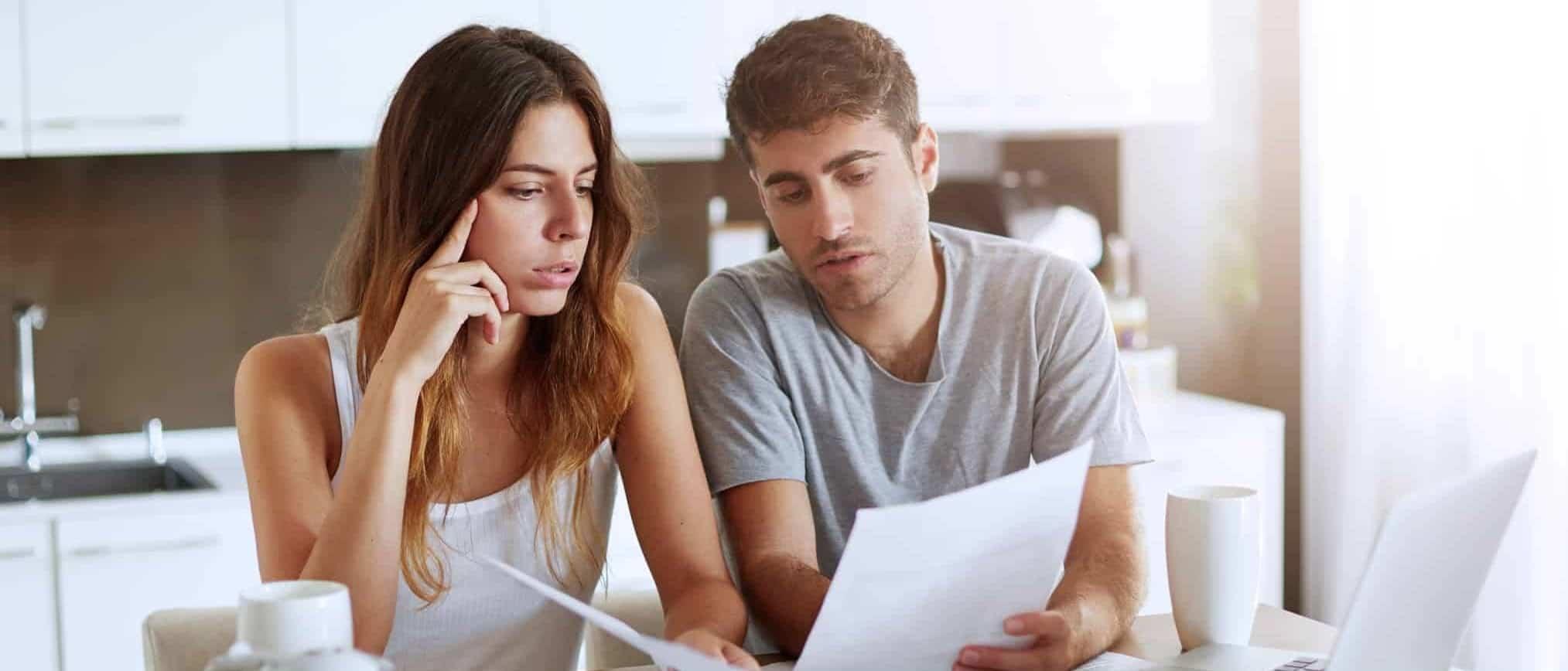 Doutor Finanças_casal a ver casas no portatil