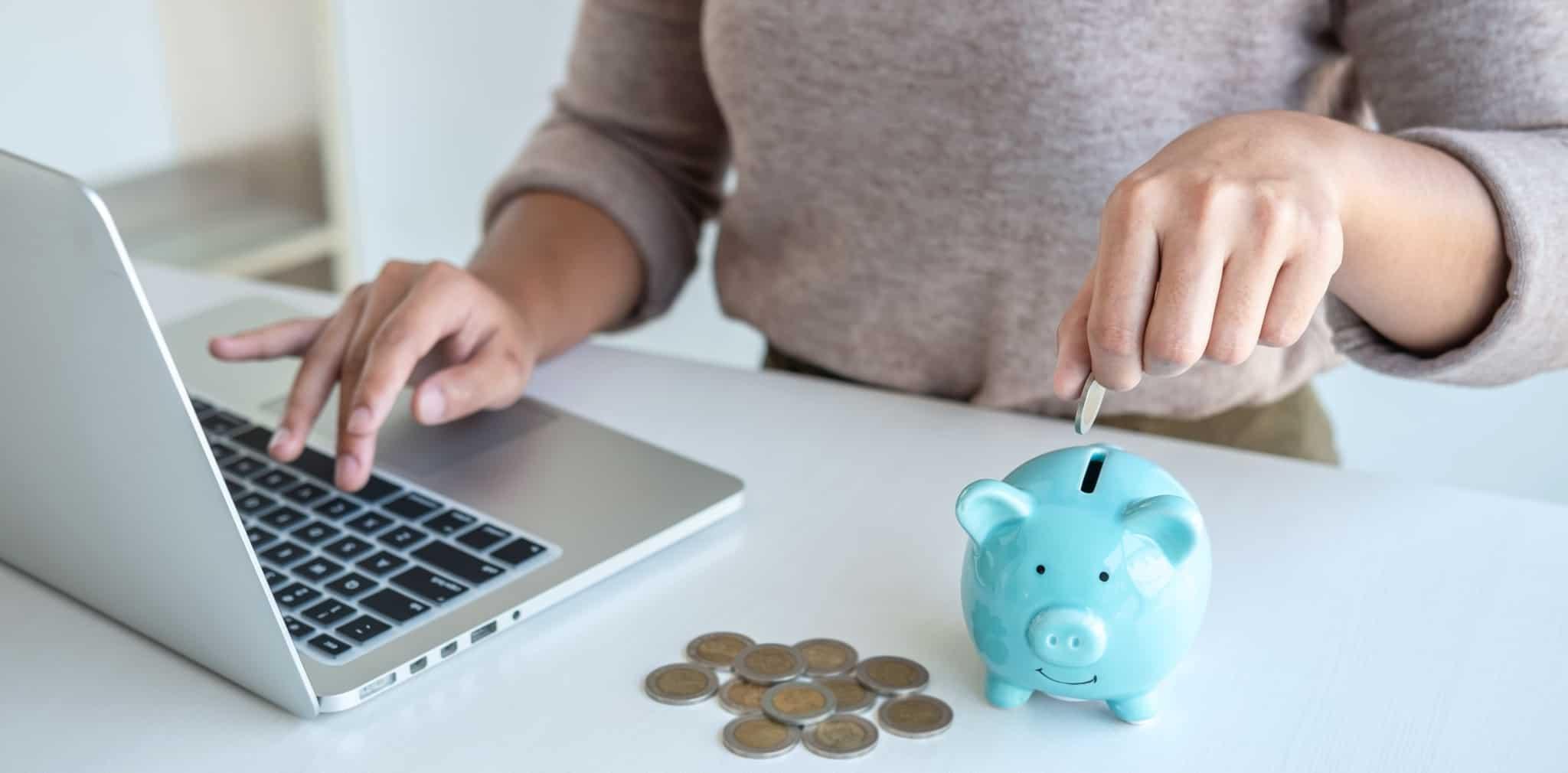 jovem a poupar dinheiro