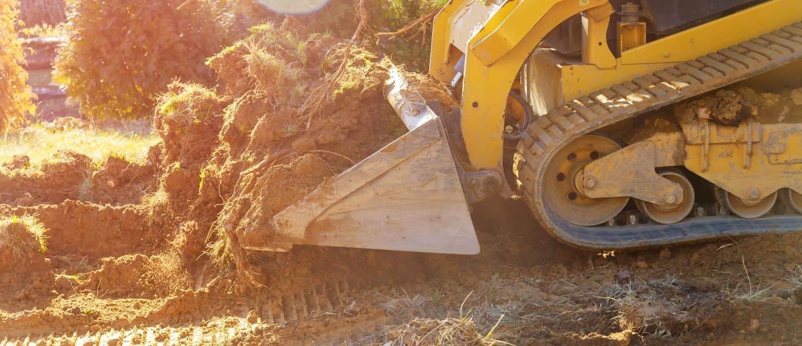 Retroescavadora a preparar o terreno para construção de casa