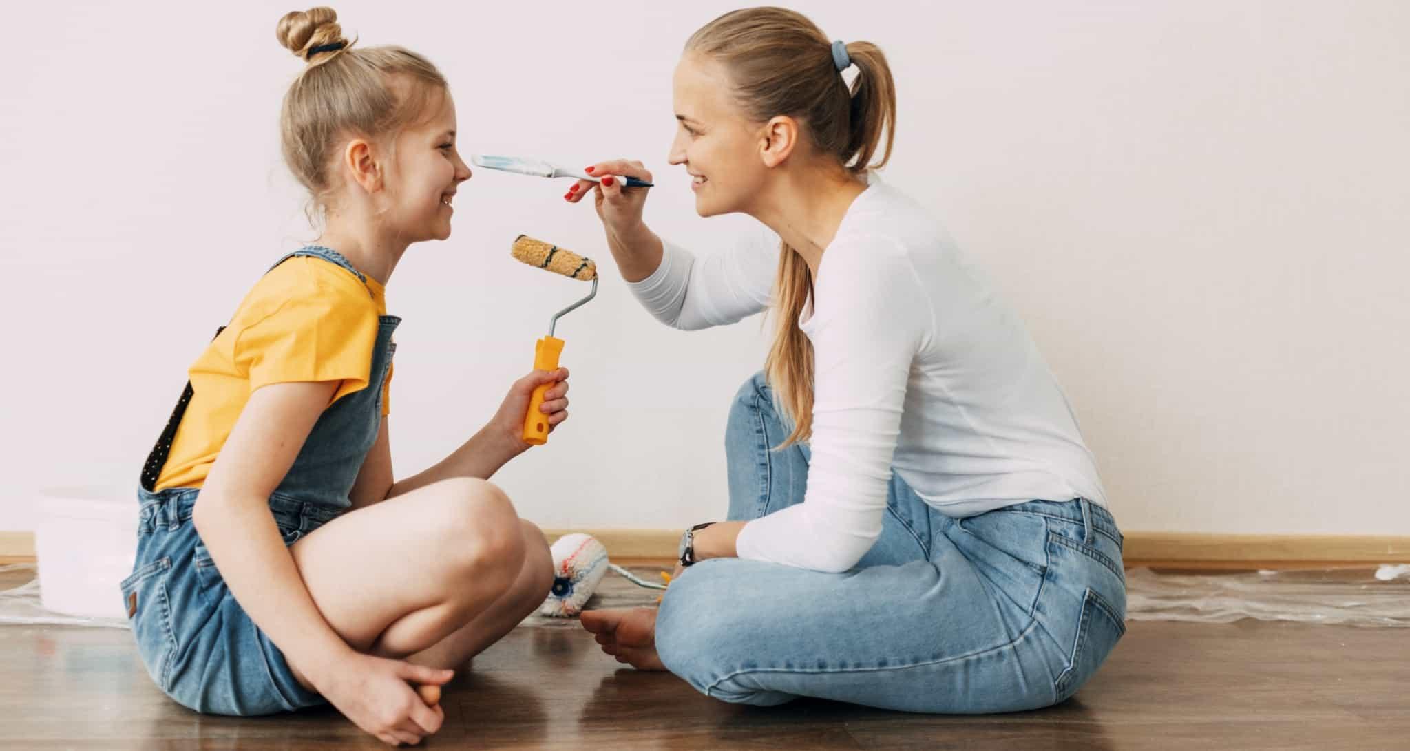 mãe e filha a pintarem a casa