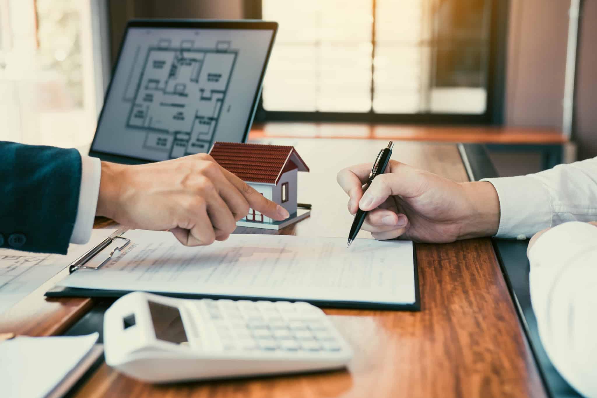 bancário e cliente reveem condições credito habitação devido ao fim da moratória