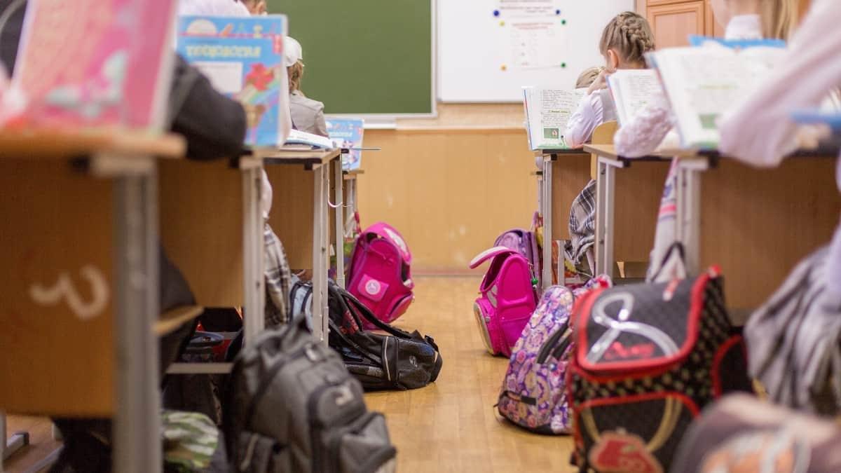 Sala de aula com crianças sentadas no regresso às aulas
