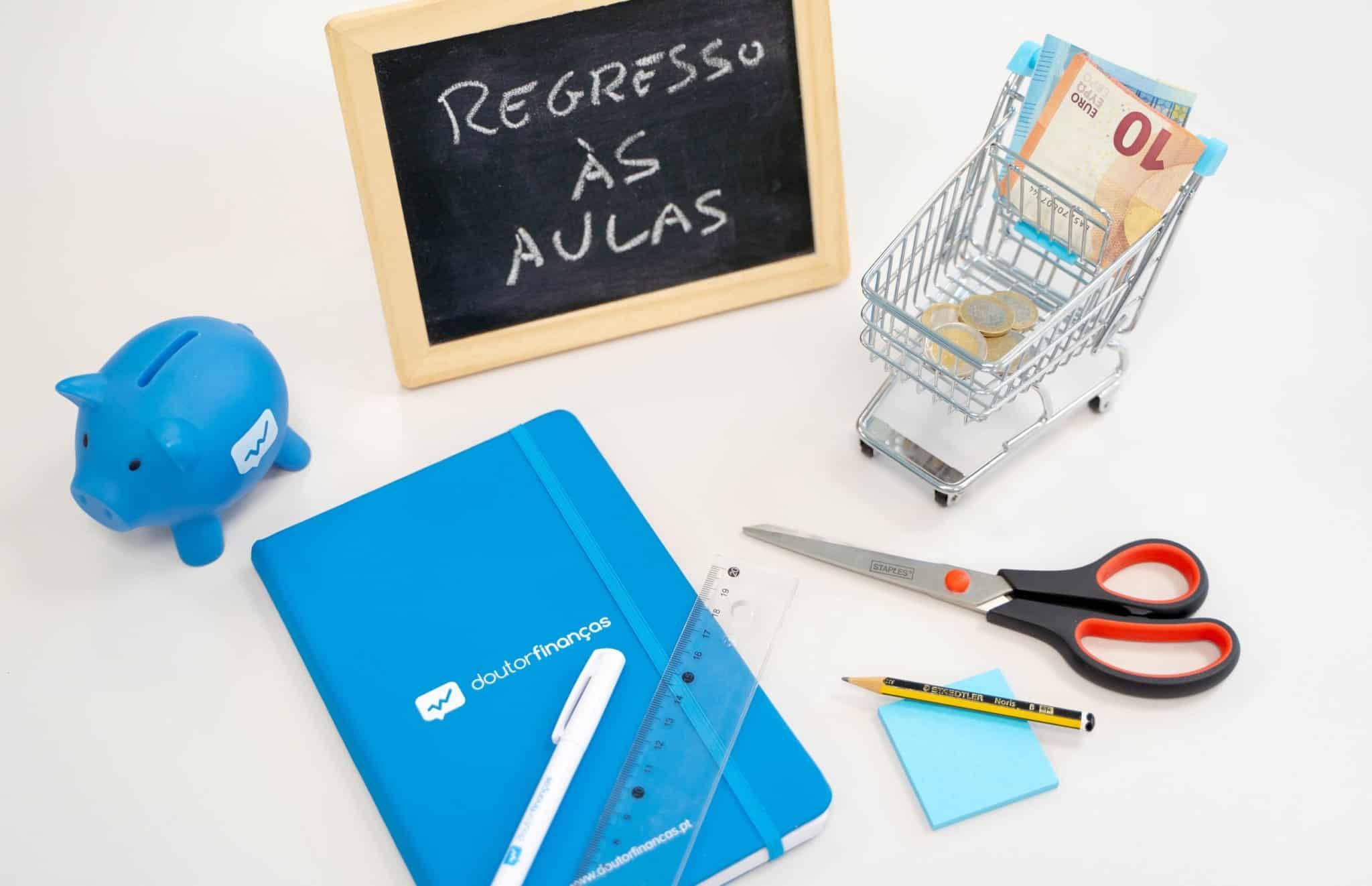 Material escolar (caderno, caneta, lápis, tesoura) para o regresso às aulas