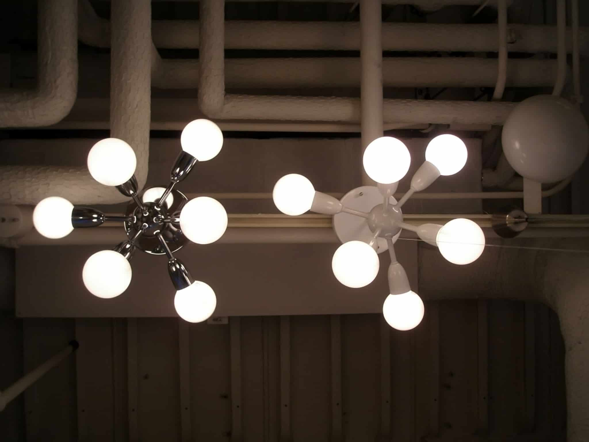 fatura da luz. dois candeeiros de teto para ilustrar a temática da energia