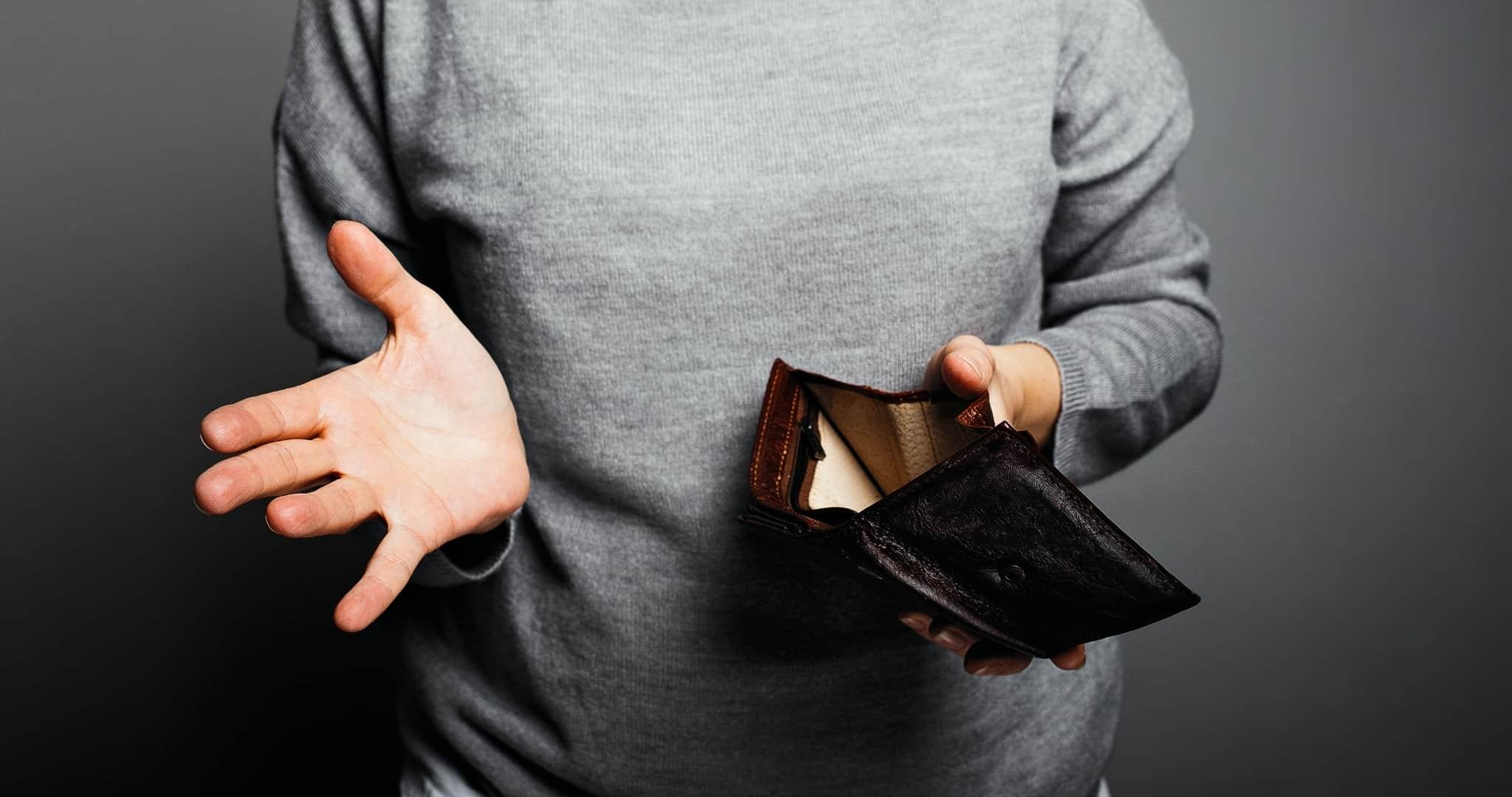 Mulher a procurar cartão que perdeu na carteira